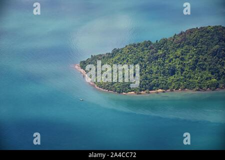 Phuket, Tailandia antena drone foto vista de pájaro del mar tropical, el Océano Índico, en la costa con Hermosa isla al sur de Bangkok, en el Mar de Andaman, ne