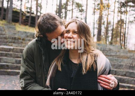 Joven pareja feliz en el amor amigos vestidos de estilo informal, caminando juntos en el parque de otoño