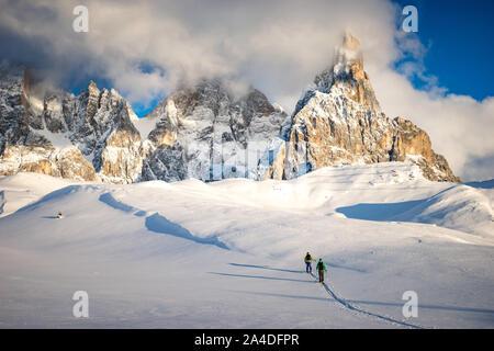 Dos hombres de esquí de travesía en los Dolomitas al atardecer, Italia Foto de stock