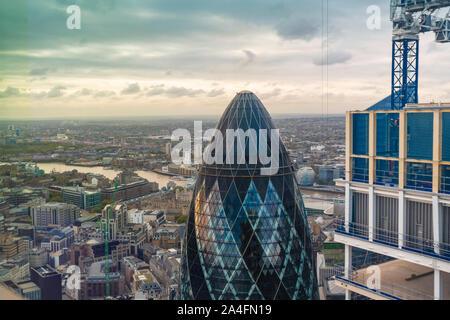 El pepinillo tower visto desde arriba con el Thames River en el fondo