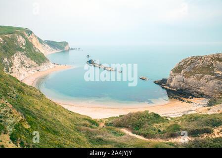 Hombre de guerra Bay Beach, cerca de la puerta de Durdle, Dorset, Inglaterra, la Costa Jurásica.