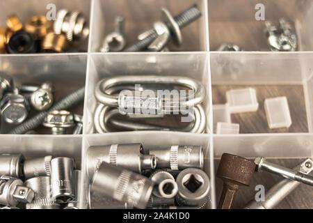 Caja de herramientas con múltiples elementos típicos para corregir y reparar objetos y hacer mejoras