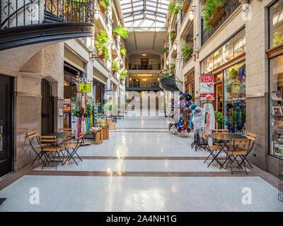 Interior de la histórica Grove Arcade en el centro de la ciudad de Asheville, Carolina del Norte