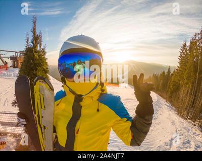 Mujer posando con ski en la cima de la colina de Sunset