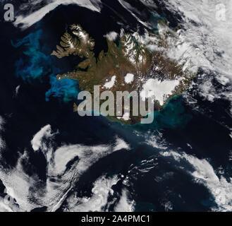 Vista de satélite de Islandia, la proliferación del fitoplancton en el océano Atlántico, 6 de julio de 2019, por la NASA/Joshua Stevens/DPA