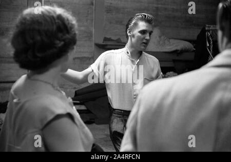 Elvis Presley backstage con ventiladores en la Universidad de Dayton Fieldhouse, 27 de mayo de 1956.