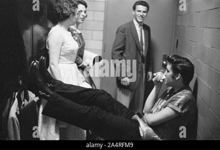 Elvis Presley, hablando con los fans backstage en la Universidad de Dayton Fieldhouse, 27 de mayo de 1956.