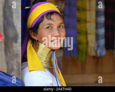 """Kayan Lahwi birmano mujer (""""Mujer jirafa"""") con tribal cuellos de latón/bobinas sonrisas para la cámara."""
