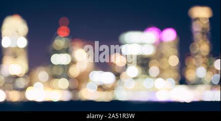Tonos de color difuminado las luces de la ciudad por la noche, urbano abstracto antecedentes. Foto de stock