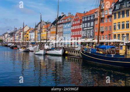 Vista del viejo puerto Nyhavn en el centro de Copenhague, Dinamarca. Disfrute de la bella Copenhague a través de los canales históricos de la ciudad