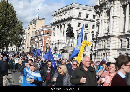 Londres, Reino Unido, 19 de octubre de 2019, miles de personas fueron desfilando por Londres para una gran manifestación para pedir un referéndum sobre Brexit decir definitivo. Organizado por el voto popular y apoyado por la campaña independiente, la marcha que tuvo lugar sólo dos semanas antes de que el Reino Unido está programado para salir de la UE. Los activistas están pidiendo al gobierno para llamar a una votación final sobre cualquier acuerdo Brexit o de no tratar el resultado. Crédito: Uwe Deffner / Alamy Live News