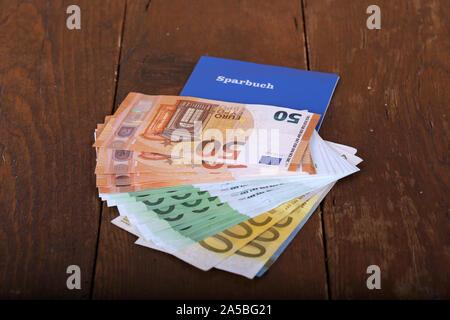 Euro dinero en una libreta de ahorro en una tabla