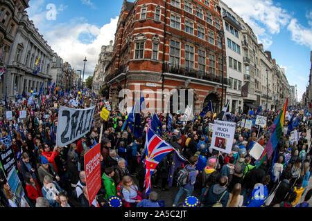 Los manifestantes exigen otro referéndum Brexit marcha hacia Parliament Square en el centro de Londres en el día de hoy. Voto popular de marzo.