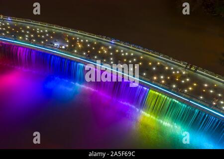 Anh Sao o Starlight Bridge es un puente peatonal con cascada y hermosa iluminación de colores en el río Saigón. Es una atracción turística