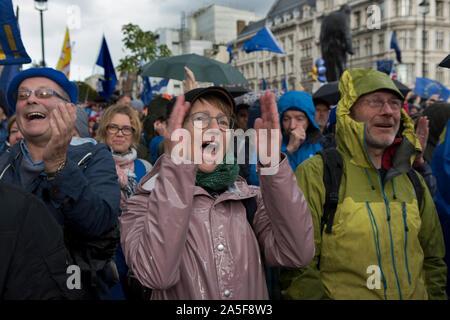 Los pueblos voto campaña manifestación Pro Europa activistas siguen siendo los votantes cheer feliz Brexit Super Sábado 19 de octubre de 2019 Parliament Square London UK. HOMER SYKES