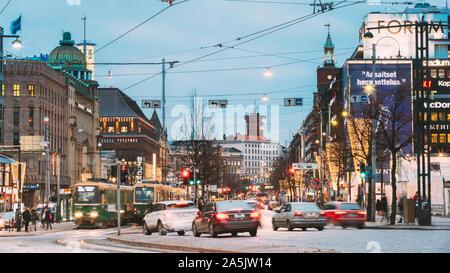 Helsinki, Finlandia - Diciembre 7, 2016: El tranvía sale desde una Parada en Avenida Mannerheim en Helsinki. Vista de noche de Mannerheim Avenue en el distrito de Kluuvi Foto de stock
