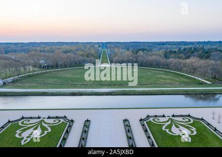 Francia, Loir et Cher, Valle del Loira catalogado como Patrimonio de la Humanidad por la UNESCO, Chambord, el castillo real, la finca, el río Cosson canalizada y la francesa g