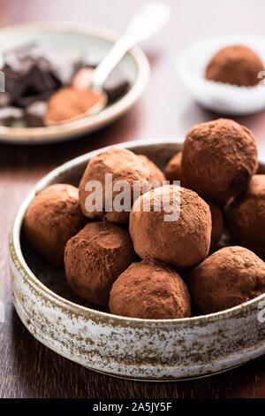 Trufas de chocolate recubiertas de cacao en polvo. En un tazón de golosinas de chocolate caseras