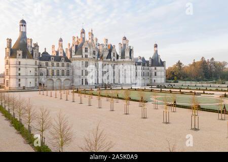 Francia, Loir et Cher, Valle del Loira catalogado como Patrimonio de la Humanidad por la UNESCO, Chambord, el castillo real, los jardines a la francesa, al amanecer, la helada mañana // Francia,