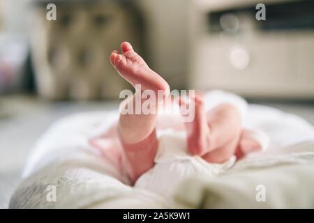 Bebé acostado sobre una almohada en forma de U en el hogar