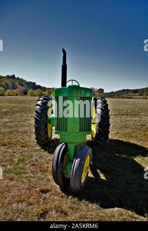 Green Farm tractor descansando en el campo.