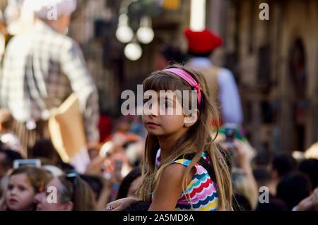 Una chica viendo el desfile de gigantes durante la Merce Festival 2019 en la Plaça de Sant Jaume, en Barcelona, España