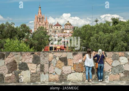 Cúpulas y torres de la Parroquia de San Miguel Arcángel iglesia visto desde el Instituto Allende en el distrito histórico de San Miguel de Allende, México.