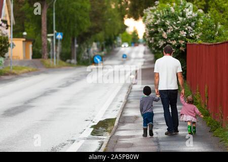 Padre caminando con niños