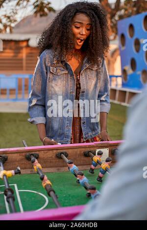 Retrato de mujer joven jugando