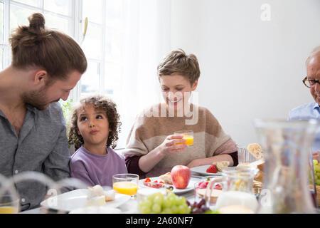 Familia almorzando en casa