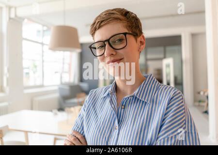 Retrato de la empresaria sonriendo en la oficina