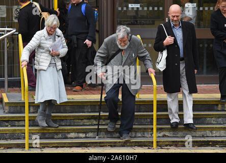 """(De izquierda a derecha) Extinción activistas rebelión Ursula Pethick, de 83 años, John Lynes, 91 y Juan Halladay, de 61 años, dejando a Folkestone, magistrados de la corte donde se apareció por su parte en el """"bloqueo"""" del puerto de Dover en septiembre."""