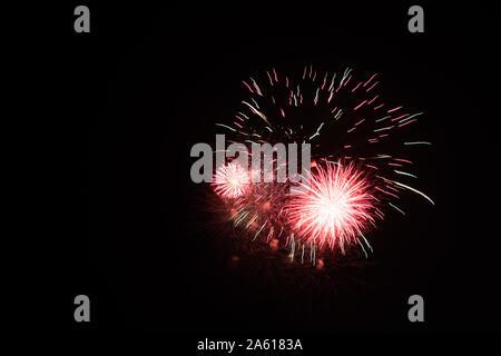 Fotografiar fuegos artificiales en el cielo de la noche con un tiempo de exposición y el negro como color de fondo de imagen de alta calidad para pc buenos antecedentes e impresiones artísticas.