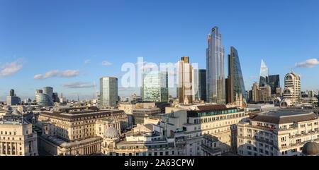 Vista panorámica sobre el Banco de Inglaterra y el área de conservación de monumentos, el distrito financiero de la ciudad de Londres con icónico rascacielos alto