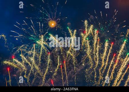 Barato fuegos artificiales sobre el cielo de la ciudad, rojo, azul y blanco. Luminoso y brillante. El enfoque selectivo. Para cualquier propósito. Concepto de celebración.