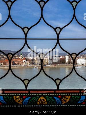 Una vista sobre el río Danubio y casas desde la ventana del edificio del Parlamento húngaro.