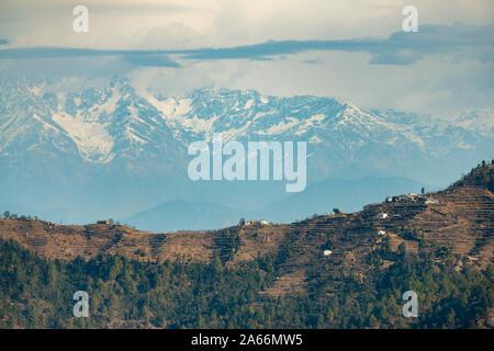 Vista de los Himalayas desde Ramnagar cerca Satttal,Uttarakhand, India