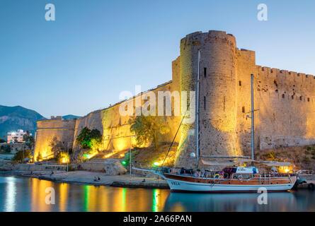Barcos delante del castillo de Kyrenia (Girne Kalesi) por la noche, Kyrenia (Girne), Kyrenia (Girne), Distrito de Chipre (Chipre Septentrional).