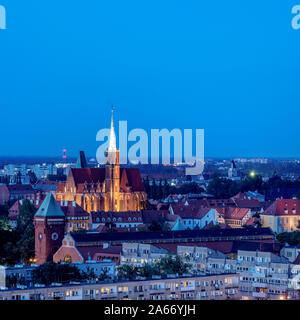 Vista elevada hacia la Iglesia de la Santa Cruz al atardecer, Wroclaw, Voivodato de Baja Silesia, Polonia