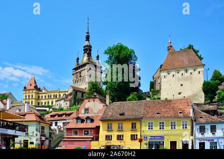 La Torre del Reloj, que se remonta al siglo XIV, defiende la puerta principal de la ciudadela de la antigua ciudad medieval. Con sus 64 metros de altura, la torre sirvió también como el ayuntamiento hasta 1556. Un sitio de Patrimonio Mundial de la Unesco. Sighisoara, Transilvania. Rumanía