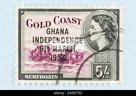 Cerca de Gold Coast estampilla con la imagen de la Reina Elizabeth y surfboats tradicional, sobreimpresión con independencia de Ghana, 6 de marzo de 1957.