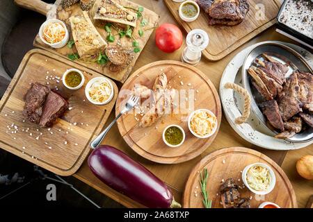 El menú del restaurante barbacoa. Muchos de los diferentes grupos de alimentos en la mesa. Cena fiesta o banquete. Vista superior