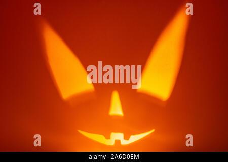 Carácter Scary Halloween cara sobre fondo rojo. Scary sonrisa cara. Holiday horror de fondo.