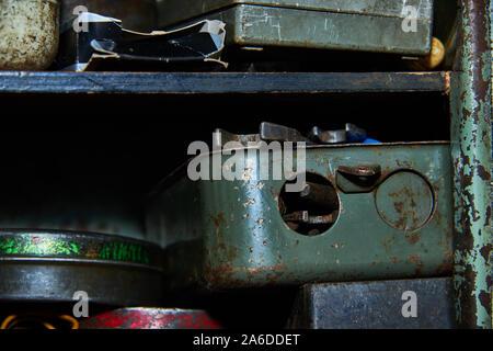 Old rusty herramientas en el garaje claoseup rack