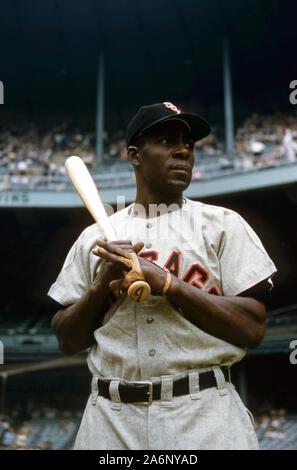 BRONX, NY - 19 DE JUNIO: Minnie Minoso #9 de los White Sox de Chicago espera en cubierta durante un juego MLB contra los Yankees de Nueva York el 19 de junio de 1955, en el Yankee Stadium en el Bronx, Nueva York. (Foto por Hy Peskin/Getty Images) (SetNumber: X2762)