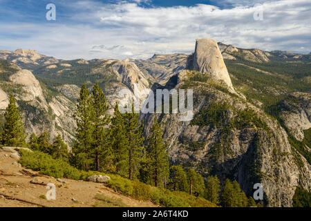 Por la mañana vista de Half Dome en Yosemite como se ve desde el punto de Washburn