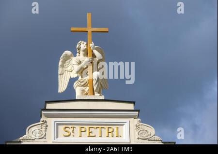 San Petersburgo, Rusia - 10 de julio de 2019: Estatua de ángel en la parte superior de la Iglesia Luterana de San Pedro y San Pablo.