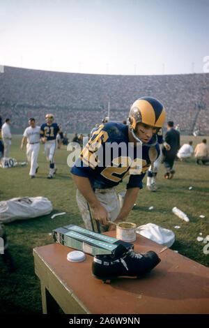LOS ANGELES, CA - 10 de noviembre: Jon Arnett #26 de Los Angeles Rams se prepara en el banquillo durante un partido de la NFL en contra de los 49ers de San Francisco, el 10 de noviembre de 1957 en el Los Angeles Memorial Coliseum en Los Angeles, California. (Foto por Hy Peskin)