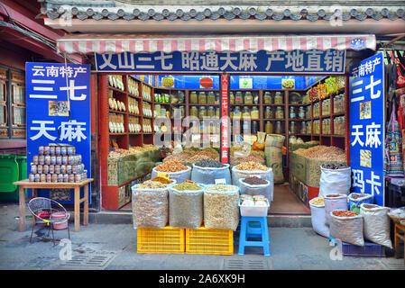 Tienda de comida tradicional en Kunming, provincia de Yunnan (China)