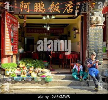 Restaurante familiar en la antigua ciudad de Dali, provincia de Yunnan, China.